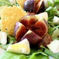 Sommerlicher Salat mit Feigen, Mozzarella und Parmesanchips