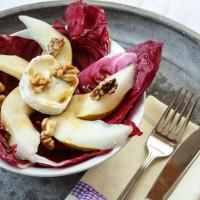 Radicchiosalat mit Birnen und Ziegenkäse, abgerundet mit gerösteten Walnüssen