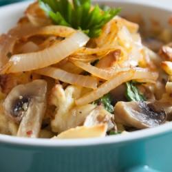Spaetzle con cipolle fritte e funghi