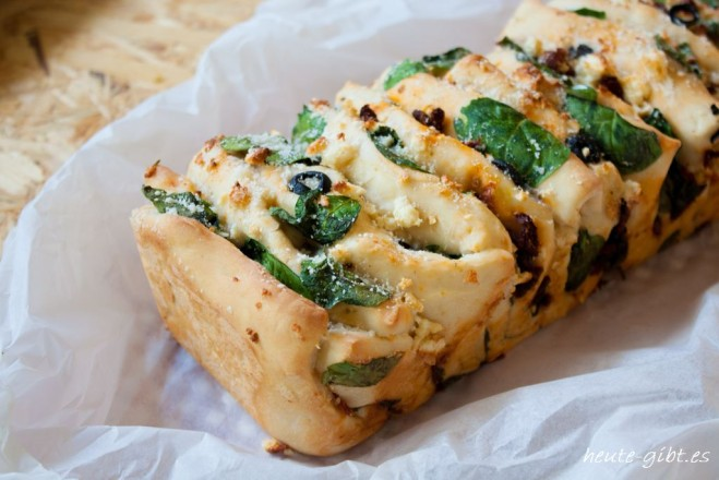 Savory filled bread to tear off