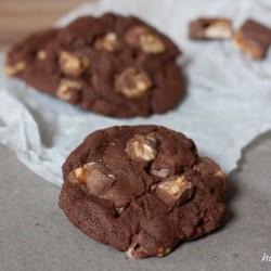 Schokoladige Kekse mit Karamellriegel