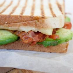 Sandwich mit Tomate und Avocado