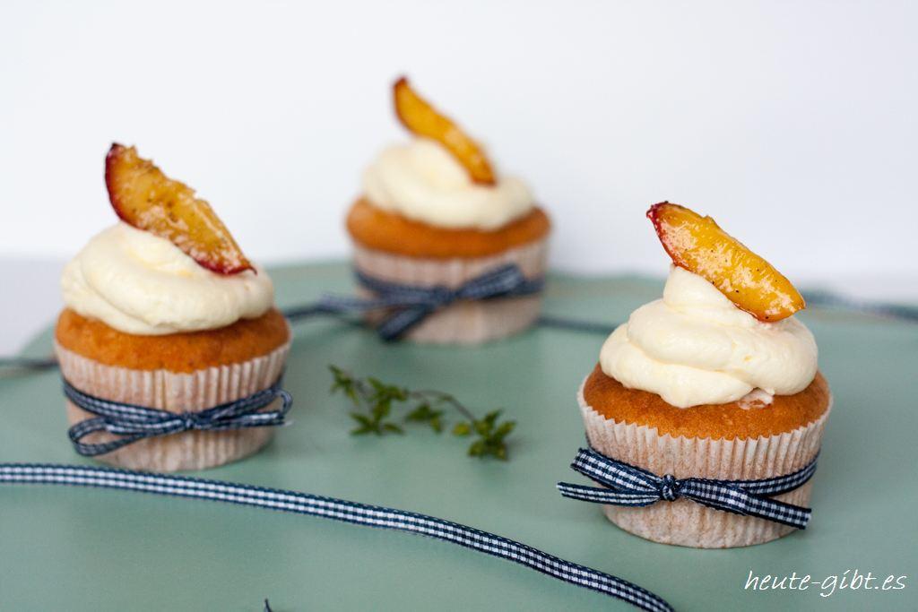 Thymian-Zitronen-Cupcakes mit glasierten Nektarinen