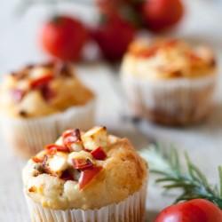 Muffins mit Tomate und Feta