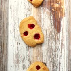 Shortbreads mit roten Johannisbeeren