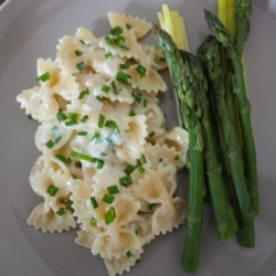 Pasta with goat cheese sauce and asparagus