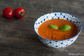 Tomatensuppe mit Mozzarella und Basilikum