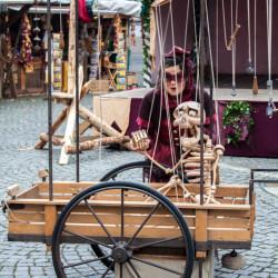 Künstler Mittelaltermarkt Skelett