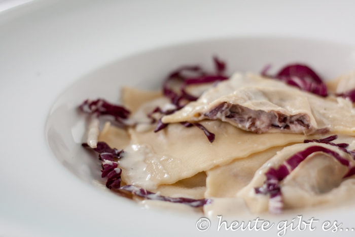 Ravioli con Radicchio - Thymian-Käse-Soße