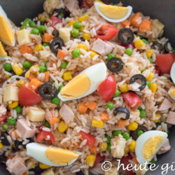 Delicious salad with rice from Italy. This classic Italian cooking is ideal for a garden party or as a side dish for barbecues. The recipe for this summer rice salad is available on www.heute-gibt.es