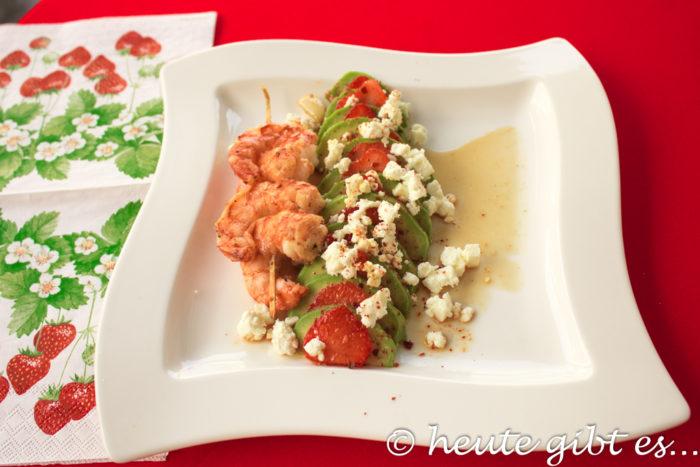 Avocado-Erdbeer-Carpaccio mit Feta und Garnelenspieß