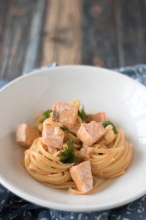 Rezept für leckere Nudeln mit Lachs und Sahnesoße. Die italienische Pasta ist schnell und einfach zubereitet.