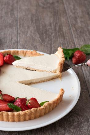 Ricetta per una deliziosa crostata di panna cotta. Un tocco moderno al classico italiano. Un ottimo dessert.