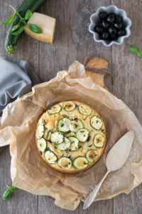 Rezept für einen einfachen herzhaften Kuchen mit Oliven und Zucchini für Picknick. Perfekt als Resteessen.