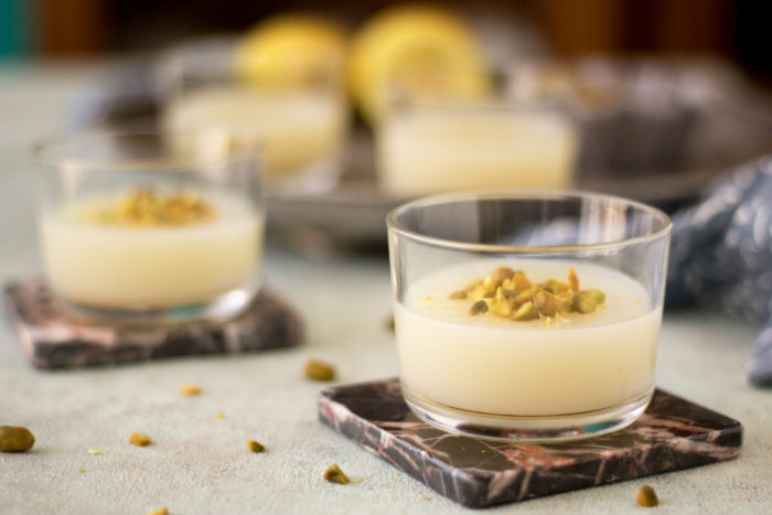 Rezept für Gelo di limone, ein Dessert aus Sizilien, eine Art Pudding mit Zitrone ohne Ei und Gelatine, komplett vegan, erfrischend und ideal für den Sommer