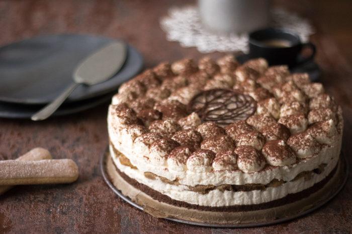 Rezept für einen leckeren Tiramisù Cheesecake. Der Käsekuchen ist ohne Ei und ohne Backofen zubereitet. Der italienische Klassiker als Kühlschrankkuchen.