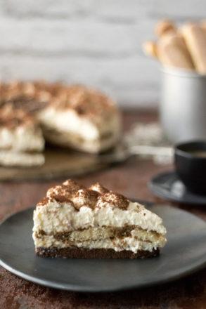 Ricetta per una deliziosa cheesecake al tiramisù. La cheesecake è preparata senza uovo e senza forno. Il classico italiano come un dolce da frigo.
