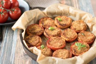 Rezept für gratinierte Tomaten. Eine leckere und vegetarische Beilage zum Grillen. Im Backofen oder in der Pfanne zubereitet. Ideale Verwertung von Brot vom Vortag.