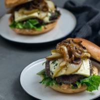 Burger mit Birne und Gorgonzola