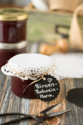 Rezept für eine leckere Birnen-Rotwein-Marmelade. Ein köstlicher Aufstrich, ideal für das Frühstück oder auch ideal als Geschenk aus der Küche. Für Weihnachten oder als Geschenk für zwischendurch.
