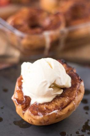 Quittenrezept: Gebackene Quitten mit Vanilleeis, perfekt als Nachtisch im Herbst, einfaches Rezept
