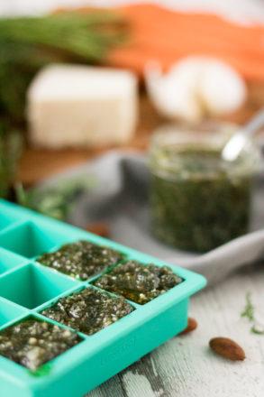 Rezept für selbstgemachtes Karottengrün-Pesto. Die ideale Verwertung für Karottengrün, die Blätter von Karotten. Schnelles Pesto.