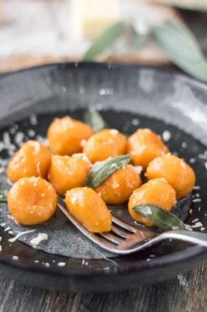 Rezept für leckere Kürbis-Gnocchi. Eine besondere Variante des Klassikers aus Italien.