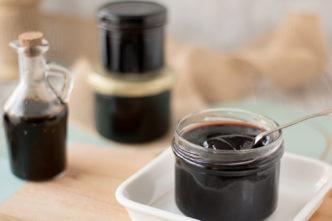 Rezept für Balsamico-Gelee. Passt perfekt zu Käse, Fleisch und Gemüse. Ideal als Geschenk aus der Küche.