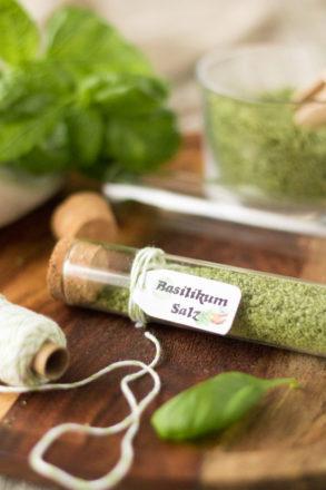 Rezept für selbstgemachtes Basilikumsalz, einfaches Kräutersalz perfekt als Geschenk aus der Küche oder als Gastgeschenk, Adventskalender-Füllung für Hobbyköche