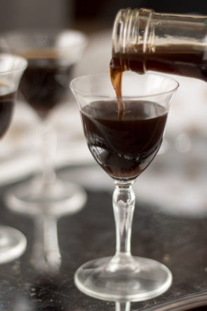 Rezept für hausgemachten Espressolikör. Dieser Kaffeelikör ist sehr schnell und einfach zubereitet, eignet sich perfekt als Geschenk aus der Küche oder Mitbringsel. Enthält Alkohol. Ein Grundrezept mehrere Varianten.