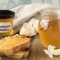 Knoblauch-Gelee aus geröstetem Knoblauch, perfekt zu Käse und auf Crostini. Ideal als Geschenk aus der Küche für Liebhaber der italienischen und mediterranen Küche.