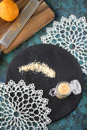 Rezept für selbstgemachten Orangenzucker. Das natürliche Orangenaroma ist einfach und schnell zubereitet und eignet sich perfekt als Geschenk aus der Küche.