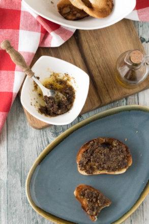 Rezept für Trocken-Pesto: Eine selbstgemachte Gewürzmischung, die für Nudeln, Crostini und vieles mehr verwendet werden kann. Ideal als Geschenk aus der Küche oder Adventskalender-Füllung