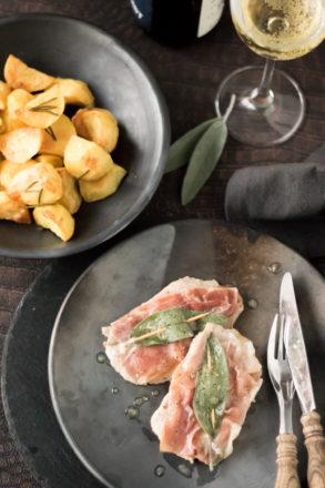 Rezept für Saltimbocca alla romana, ein Klassiker aus der italienischen Küche. Das Fleischgericht wird aus Kalbsschnitzel, Rohschinken, Salbei und Wein zubereitet.