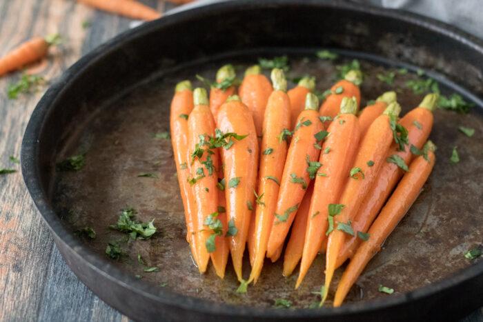 Rezept glasierte Möhren, leckere Karotten als vegetarische Beilage. Ideal zu einem Fleischgericht und zum Menü an Ostern. Schnelle, einfache Zubereitung.