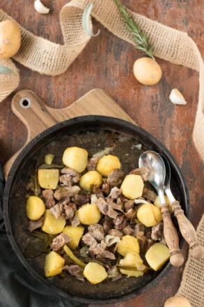Rezept für Lamm aus dem Ofen mit Kartoffeln, ein klassisches Lammgericht aus der italienischen Küche. Einfach in der Zubereitung. Perfekt für das Ostermenü an Ostern.