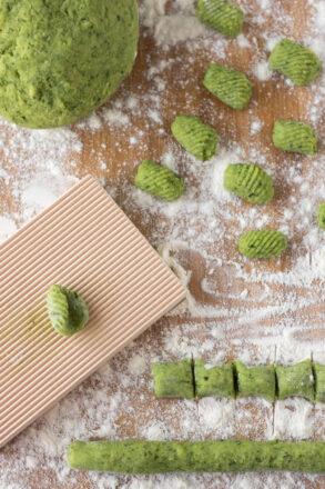 Rezept für selbstgemachte Bärlauch-Gnocchi. Perfekt während der Bärlauchsaison im Frühling.