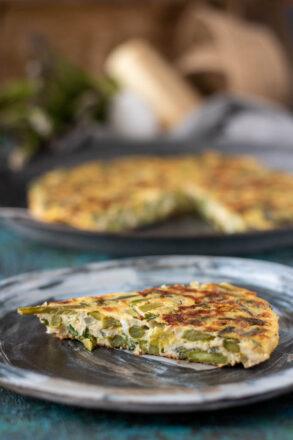 Rezept für eine vegetarische Spargel-Frittata. Eine Frittata ist ein italienisches Omelette, das typisch für die italienische Küche ist. Perfekt als Vorspeise, Beilage oder auch vegetarisches Hauptgericht.