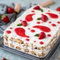 Rezept für Erdbeer-Tiramisù, eine leckere Variante mit Erdbeeren des italienischen Klassikers Tiramisù. Perfekt während der Erdbeersaison wenn Gäste zu Besuch sind.
