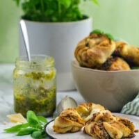 Hefeknoten mit Basilikum-Pesto