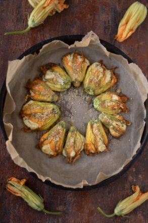 Rezept für gefüllte Zucchiniblüten, das alternativ auch mit Kürbisblüten gemacht werden kann. Die Füllung besteht aus Ricotta und Parmesan, kann aber auch leicht variiert werden. Eine leckere sommerliche Beilage beim Grillen, für ein Buffet oder auch so.