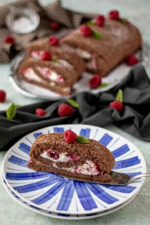Rezept für eine einfache Himbeerrolle. Die Schokorolle ist schnell zubereitet und ein toller Nachtisch mit Himbeeren.